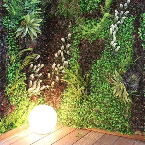 צמחים נשפכים מקיר ירוק